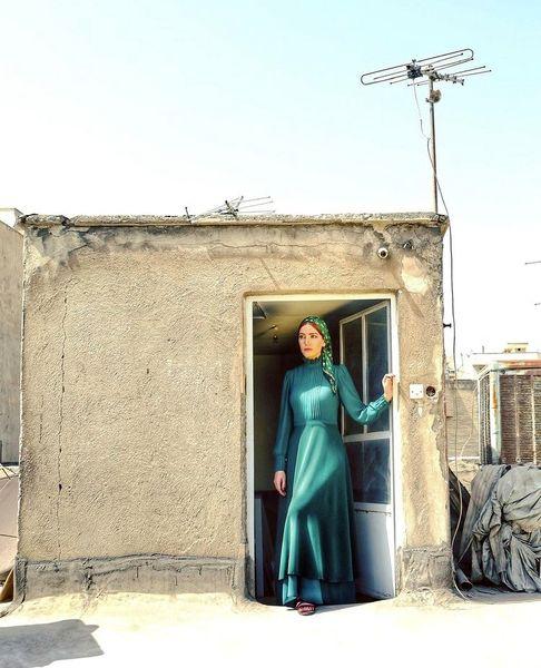 متین ستوده با لباس رسمی روی پشت بام + عکس