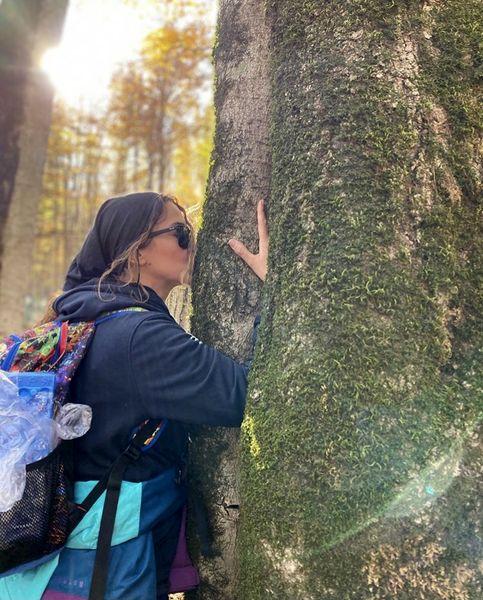 بوسه آنا نعمتی در طبیعت + عکس