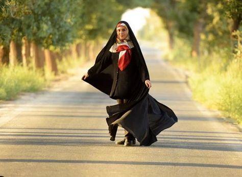 ماهچره خلیلی با چادر مشکی در جاده ای خلوت + عکس