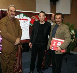 جواد خیابانی در کنار بازیگران سریال پایتخت/عکس