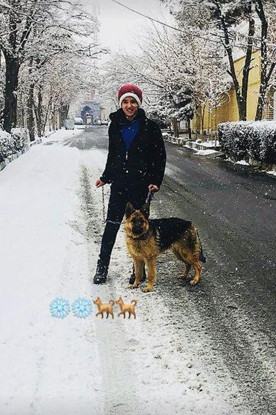 """برف بازی بازیگر بانمک """"ابد و یک روز"""" با حیوان خانگی اش"""