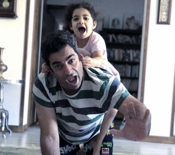 بازی های عجیب منوچهر هادی با دخترش + عکس