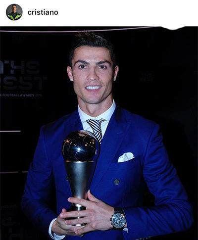 عکس کریس رونالدو با جایزه بهترین بازیکن سال