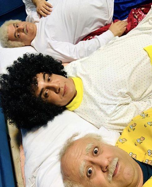 عمو پورنگ با موهای فرفری در رختخواب + عکس