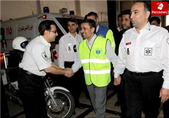 بازدید احمدی نژاد از ستاد فرماندهی اورژانس تهران و آتش نشانی