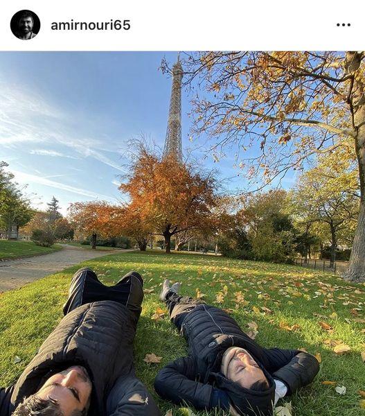 استراحت امیر نوری و دوستش روی چمن های پارک + عکس