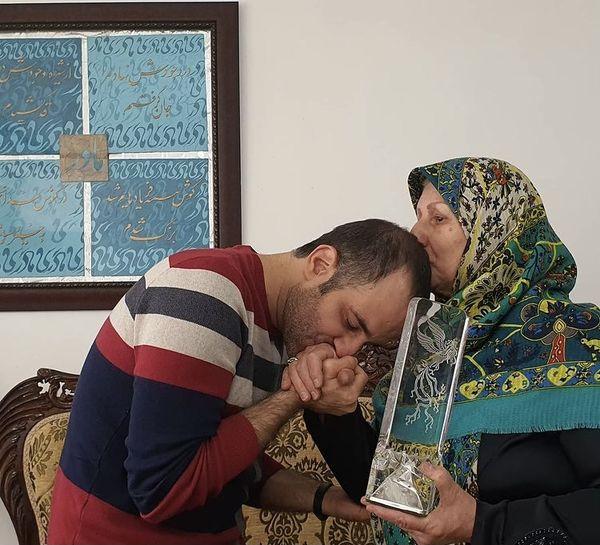 پوریا رحیمی سام تندیسش را به مادرش اهدا کرد + عکس