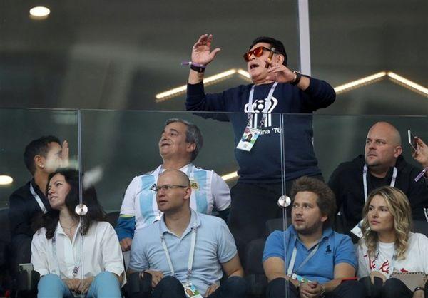 مارادونا: بابت کشیدن سیگار در بازی آرژانتین و ایسلند عذرخواهی میکنم