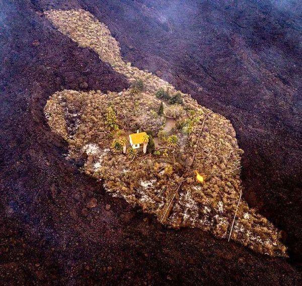 خانه ای که از گزند آتشفشان در امان ماند + عکس