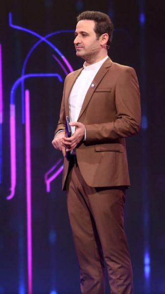 کت و شلوار رسمی آقای مجری در برنامه + عکس