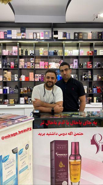 علی هاشمی در مغازه دوستش + عکس