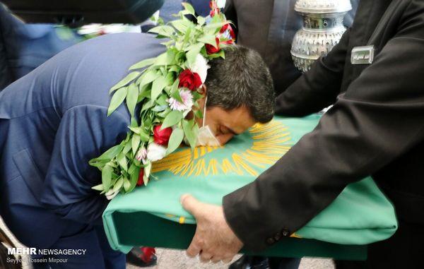 بوسه قهرمان طلایی ایران در المپیک 2021 به پرچم بارگاه رضوی + عکس
