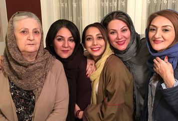 خواهران اسکندری در کنار مادر+عکس
