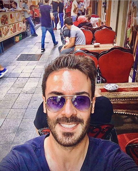 کاوه سماک باشی در کافه ای خیابانی + عکس