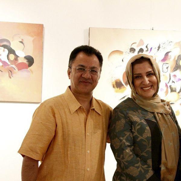 مجری به خانه برمیگردیم به همراه همسرش در یک گالری نقاشی + عکس