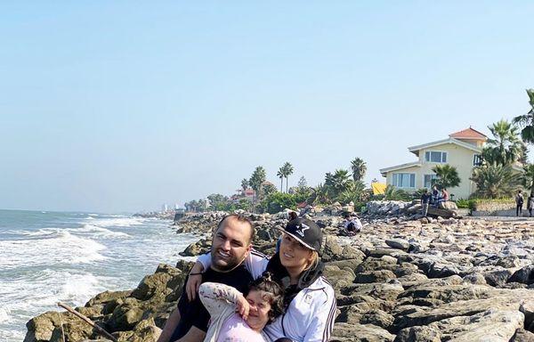 عکس لاغر بهداد سلیمی در کنار خانواده لب آب