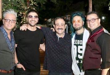 علی صادقی با موهای آبی در میان دوستان بازیگرش+عکس