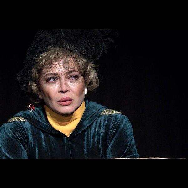 بهاره رهنما با بیوهی نویسندهی فقید در مضرات دخانیات در پردیس تئاتر شهرزاد
