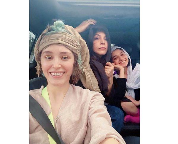 شیطنت های فرشته حسینی و دوستانش در ماشین + عکس