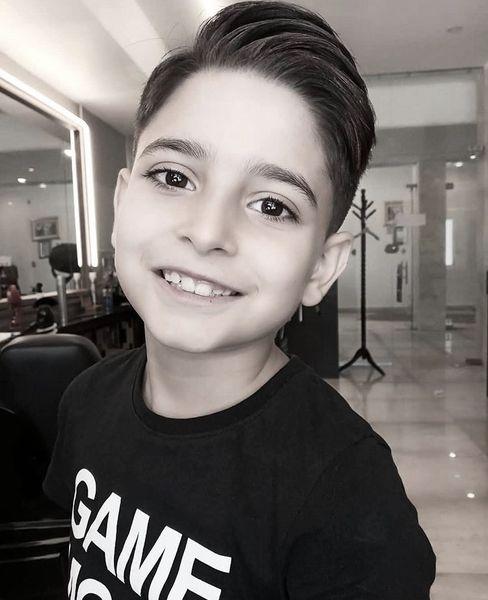 پسر خواننده مشهور در آرایشگاه + عکس