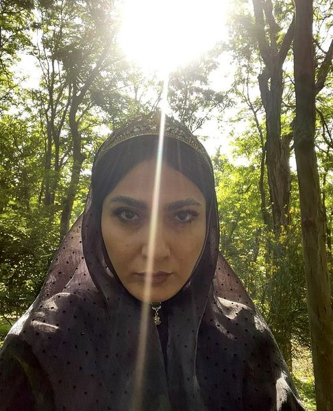 سلفی بازیگر سریال جیران در میان درختها /عکس