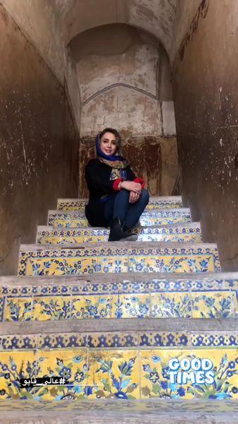 شبنم قلی خانی روی پله هایی رنگی + عکس