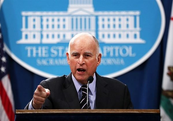 فرماندار کالیفرنیا ترامپ را احمق خطاب کرد