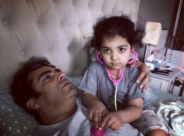آقای کارگردان و دخترش در تختخواب + عکس