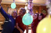 سلفی گرفتن مازیار فلاحی با دوستان معروفش + عکس
