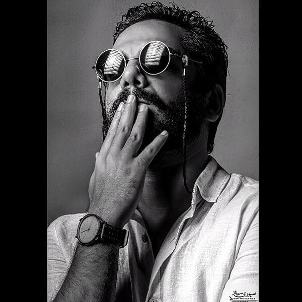 عکس ژورنالی عباس غزالی با عینک خاصش