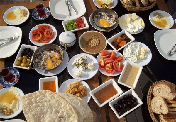 طرز تهیه یک صبحانه گرم خوشمزه به روش حرفهایها/ صبحانه املتی