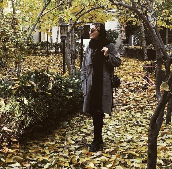 پیاده روی خانم بازیگر در هوای پاییزی + عکس