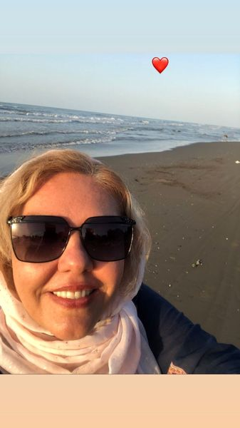 پوشش خانم بازیگر لب ساحل + عکس