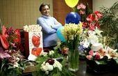 مجید اخشابی در میان کوهی از گل و هدیه های تولدش