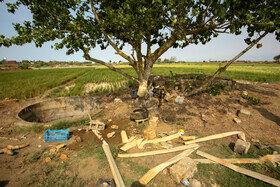 کشاورزان با مواجه شدن با مشکل کمبود آب ناچار به استفاده از چاهای عمیق در جوار زمینهای کشاورزی میشوند .