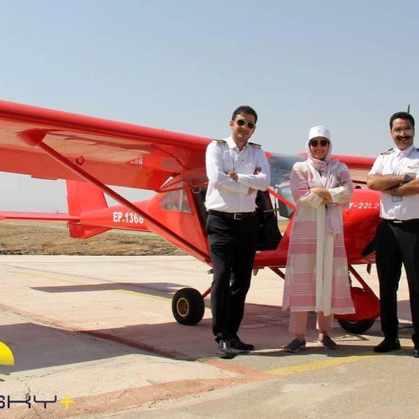 فاطمه گودرزی در کنار خلبانهای پروازش + عکس