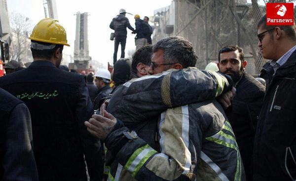 نجات یک آتش نشان از زیر آوار / عکس