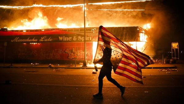 پرچم آمریکا در پورتلند به آتش کشیده شد