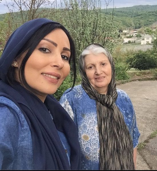 گردش پرستو صالحی و مادرش + عکس