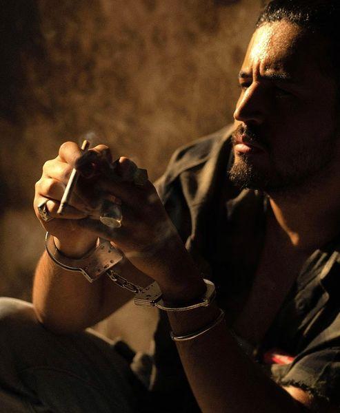 سیگار کشیدن مهرداد صدیقیان با دستبند + عکس