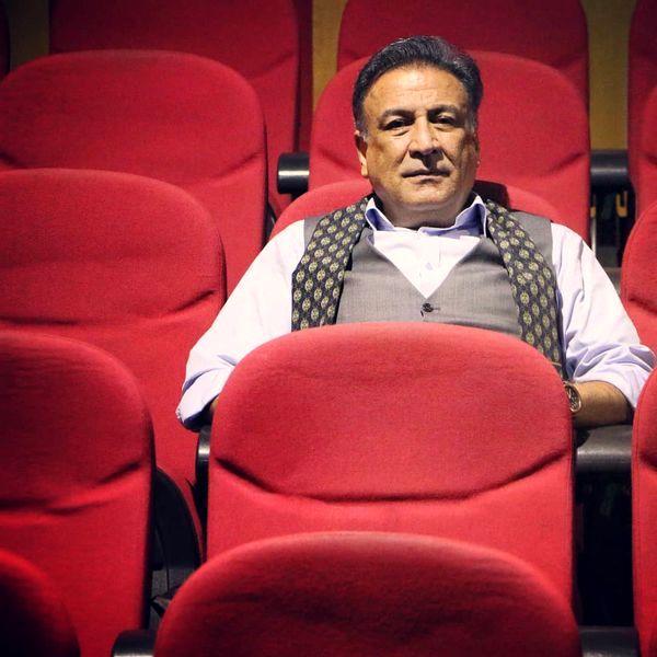 عبدالرضا اکبری با ظاهری رسمی در سالن سینما + عکس