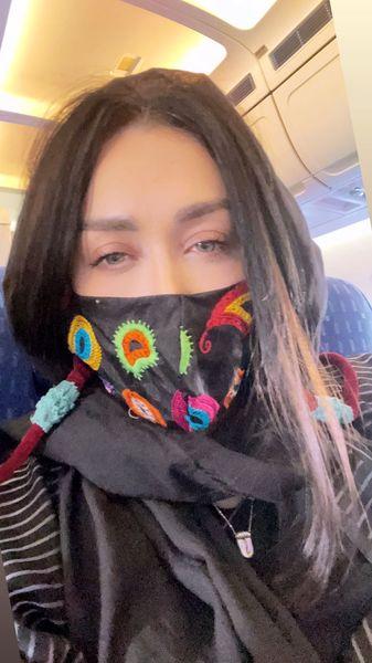 ماسک متفاوت سارا منجزی پور در هواپیما + عکس