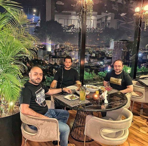 سیاوش خیرابی با دوستانش در یک رستوران + عکس