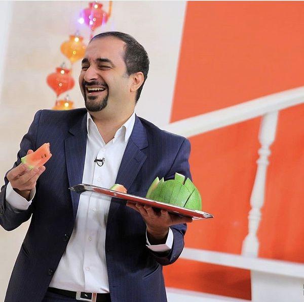 هندوانه خوردن آقای مجری در برنامه تلویزیونی + عکس