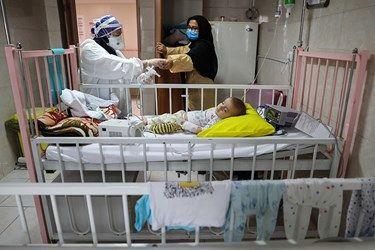 رسیدگی به کودکان گرفتار کرونایی در بیمارستان مفید توسط پرستاران بخش کرونا