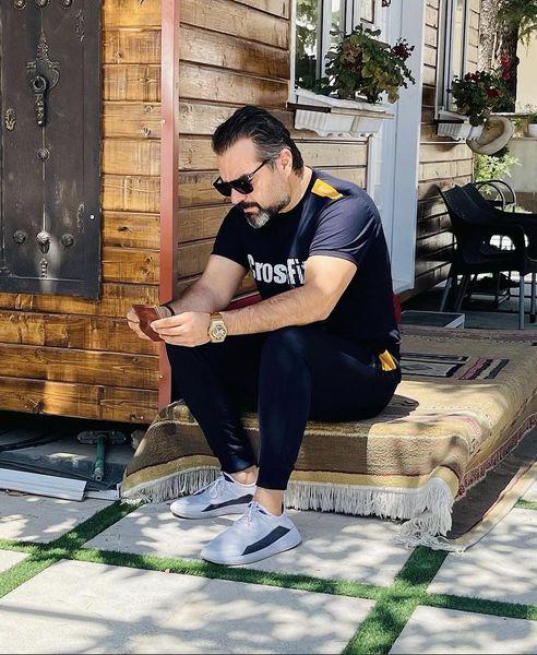 شهرام قائدی با تیپ اسپرت در ویلا + عکس