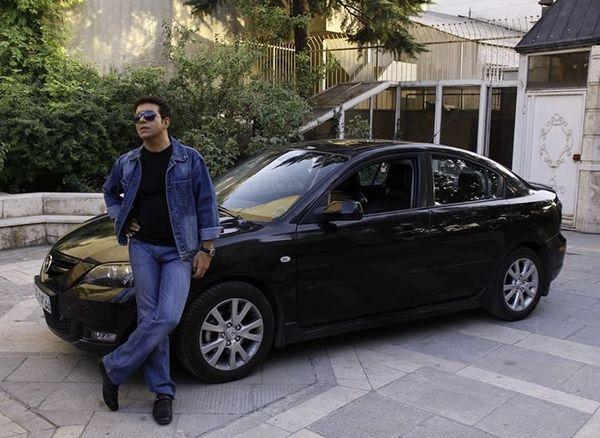 ماشین خارجی حسن شکوهی در حیاط خانه اش + عکس