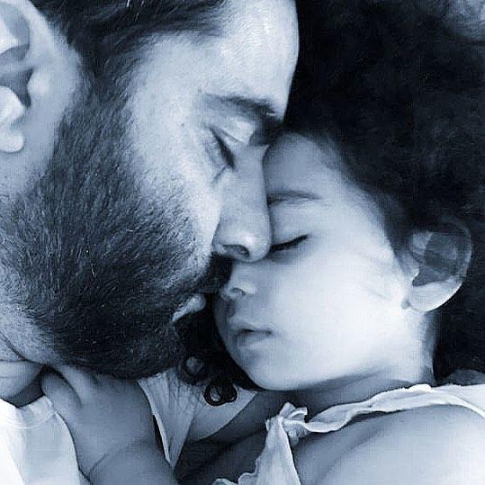 خواب راحت منوچهر هادی و دخترش + عکس