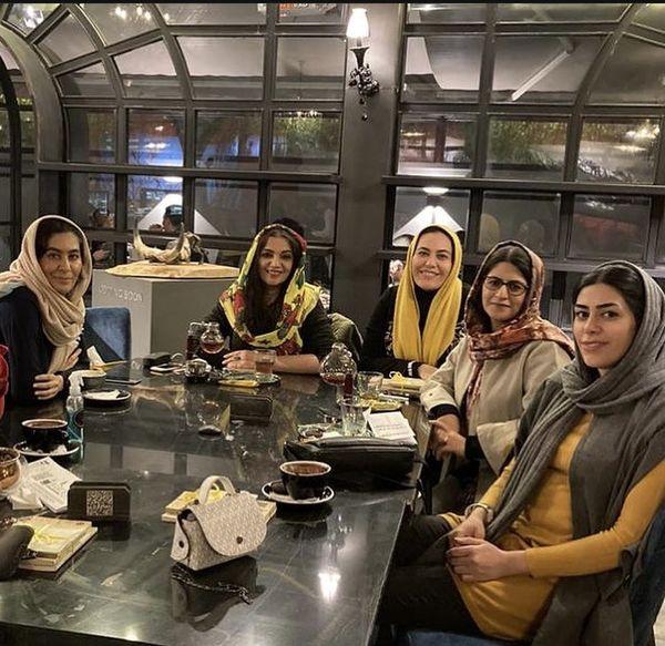دورهمی خانم بازیگر با دوستانش در رستوران + عکس