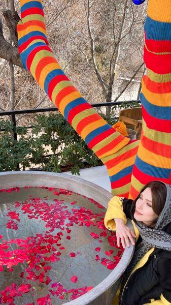 خانم بازیگر در کنار درختی خوشرنگ و خاص + عکس